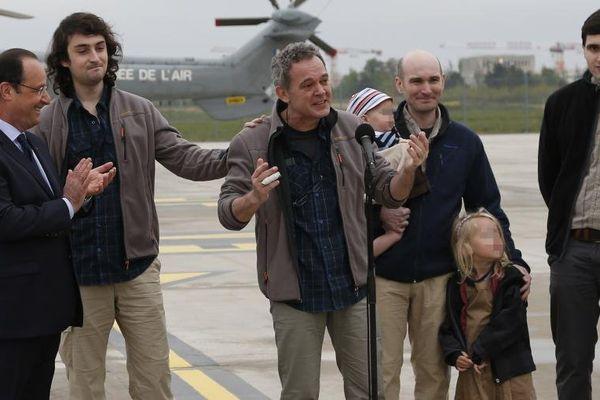 Le journaliste Didier François, avec dans son dos son confrère Nicolas Hénin, s'exprime à l'aéroport de Villacoublay (Yvelines), le 20 avril 2014, après la libération de quatre otages français en Syrie.