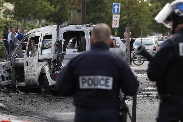 Des policiers devant une voiture de fonction brûlée à Viry-Châtillion (Essonne), le 8 octobre 2016.