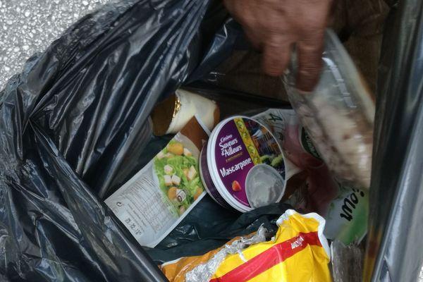 Les habitants ont dû jeter tous les aliments de leurs frigos et congélateurs