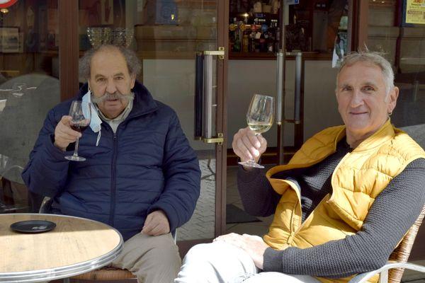 Pour Dominique et Mouloud, c'est les retrouvailles autour d'un bon verre de vin.
