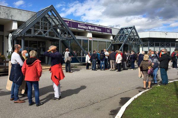 Une centaine de personnes se sont rassemblées devant l'aérodrome Annecy Mont-Blanc ce samedi.