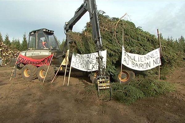 Les opposants bloquent les pelleteuses chargées de déblayer le terrain de la future ferme éolienne.