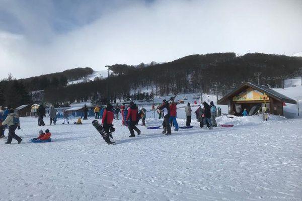 Beaucoup de monde au pied des pistes à Super-Besse dimanche 17 janvier.