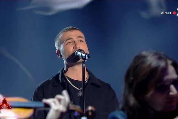 Le chanteur Nikola, originaire de Besançon, dans l'émission The Artist.
