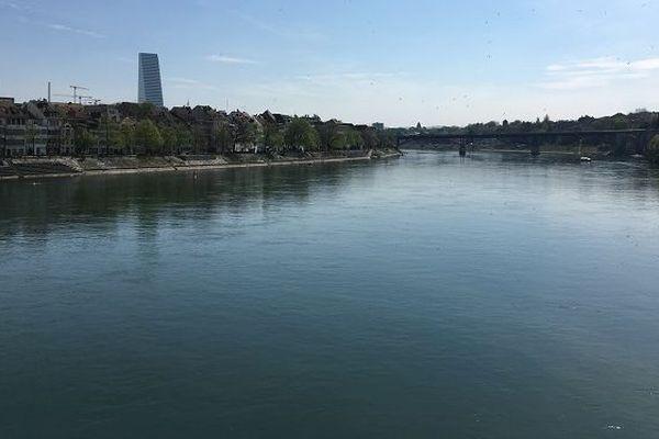 Les rives du Rhin, qui suivent la continuité de la ville de Bâle permettent de faire une belle visite de ce lieu.