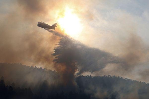 Mercredi, alors que le vent s'était calmé, des Canadair ont pu intervenir sur l'incendie qui a détruit environ 5000 hectares de végétation à proximité des aiguilles de Bavella et de la commune de Solaro.