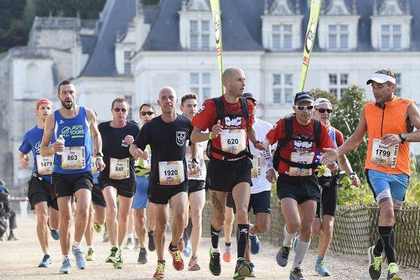 Groupe de marathoniens devant le château de Villandry