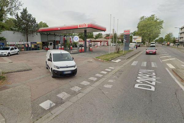 Un jeune automobiliste a été agressé mercredi 28 octobre dans la station service Avia à Romans-sur-Isère (Drôme) proche du quartier de la Monnaie. La victime a reçu plusieurs coups de crosse à la tête et sur le corps.
