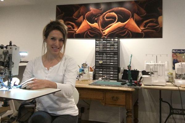 Marion Roche dans son atelier, chez elle, à proximité de Thiers dans le Puy-de-Dôme.