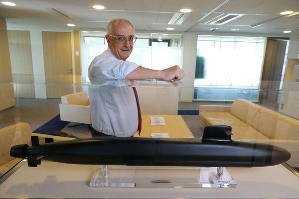 Le 14 février 2019, Hervé Guillou, le Pdg de Naval Group, pose devant la maquette d'un sous-marin de type Barracuda identique à ceux qui devaient équiper la Marine australienne.