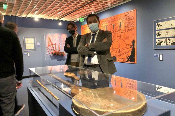 Emmanuel Kasarherou, président du Quai Branly et Laurent Védrine, directeur du musée d'Aquitaine, devant des instruments de musique prêtés par le musée national.