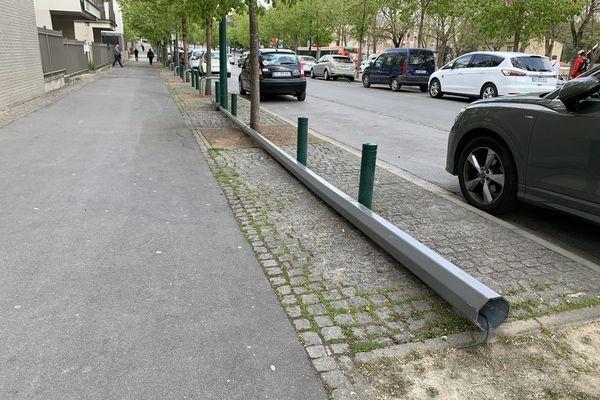 Le pylône a été placé en sécurité sur le trottoir.