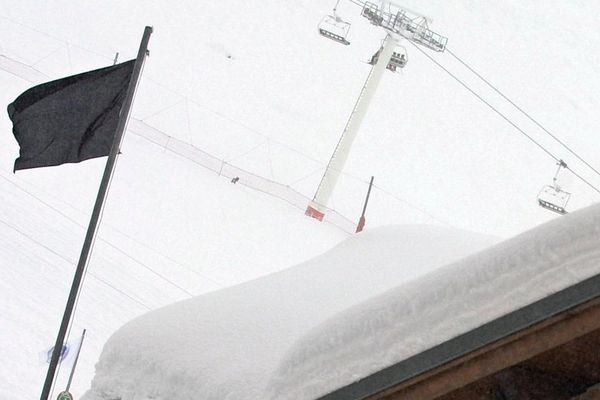 Un drapeau noir indique le risque d'avalanche maximum de 5 sur une échelle de 5, le 13 janvier 2004, à Val-Thorens (Savoie).