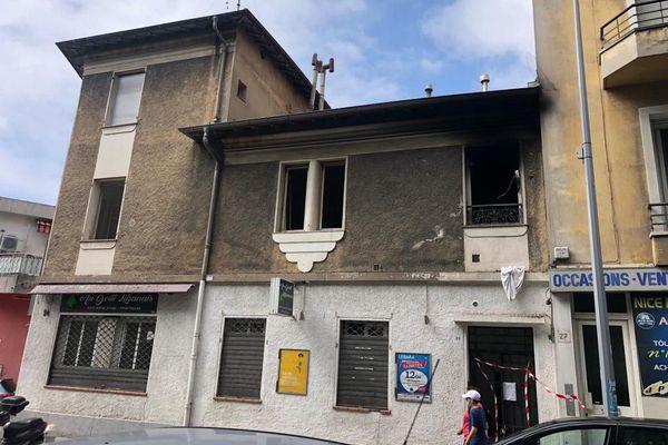 Le deuxième étage a été complètement embrasé au 27 boulevard de la Madeleine, vingt personnes ont été relogées par les services de la Métropole Nice Côte d'Azur.