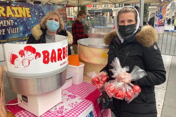 Les forains ont distribué gratuitement des barbapapas et des pommes d'amour à la population rémoise.