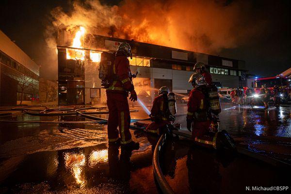 Photo des pompiers luttant contre l'incendie d'un entrepôt en Seine-Saint-Denis hier soir. Photo N. Michaud / BSPP
