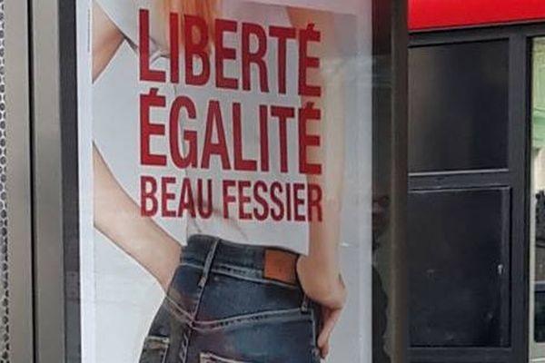 Une affiche de la publicité de la marque Le temps des cerises.