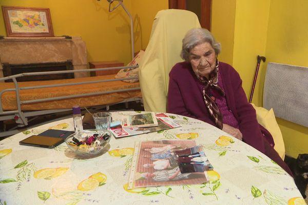 """Depuis le confinement, Lucienne Macabiès, 91ans,  ne peut plus aller sur le banc rejoindre les autres """"sénatrices"""" de Fourques, pour refaire le monde et parler du temps qui passe. Elle regarde la photo de ce temps révolu avec nostalgie."""