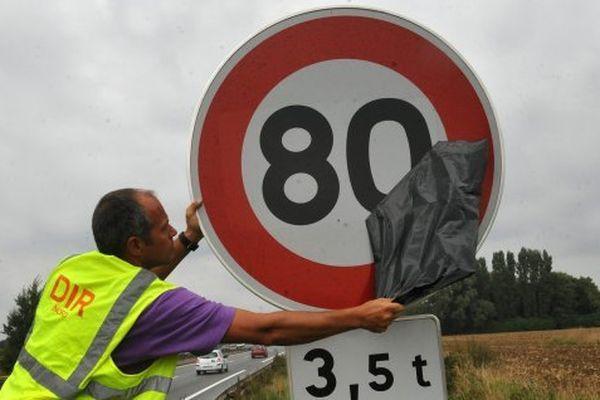 Alors qu'un rapport préconise d'abaisser de 90 à 80 km/h, l'association 40 millions d'automobilistes lance une pétition en ligne en arguant que les vitesses actuelles ne représentent pas un danger mortel.