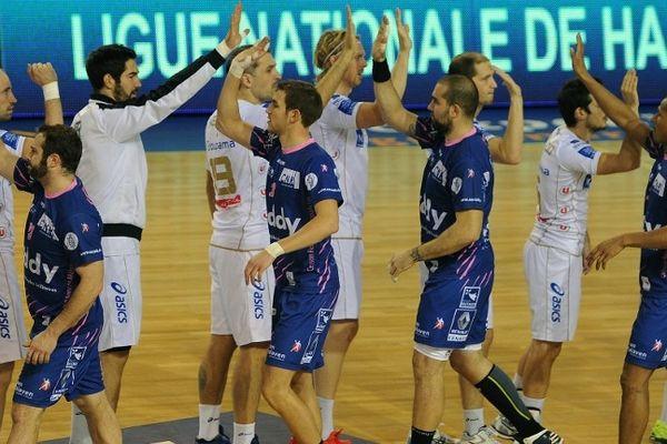 Les joueurs de Cesson et Montpellier se saluent en début de match