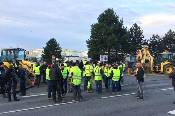 Une quarantaine de professionnels du BTP, gilets jaunes sur le dos, bloquent le dépôt pétrolier de Brest