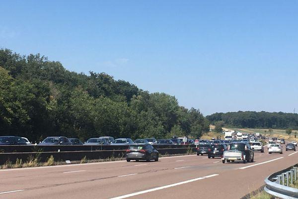 Le bouchon sur le sens inverse de circulation (sens Paris-Lyon) ici sur l'A6 sur la commune de Chagny