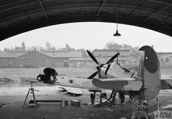 """Un Spitfire du 341 Squadron (Groupe """"Alsace) dans un hangar de la base RAF de Biggin  Hill."""