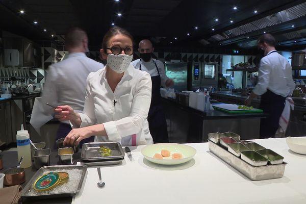 """La cheffe Anne-Sophie Pic dans les cuisines de son nouveau restaurant étoilé """"La Dame de Pic - le 1920"""" à Megève."""