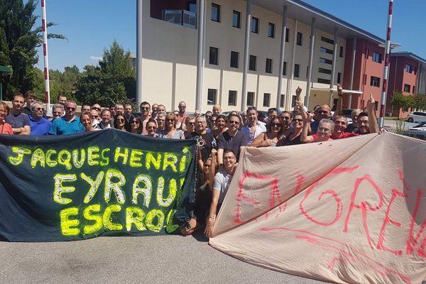 Les salariés en grève devant le site Paris-Turf de la Duranne, à Aix-en-Provence