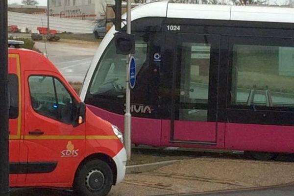Un tramway a déraillé lors d'une collision avec un camion dans le quartier du parc Valmy à Dijon jeudi 3 mars 2016.