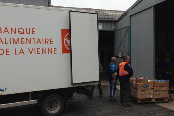 Des bénévoles au travail dans les locaux de la Banque Alimentaire de Poitiers