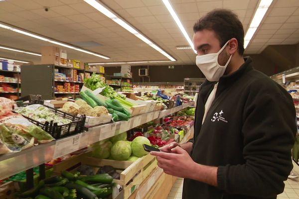 Zakaria, étudiant, analyse les prix pour faire ses courses pour tout un mois.