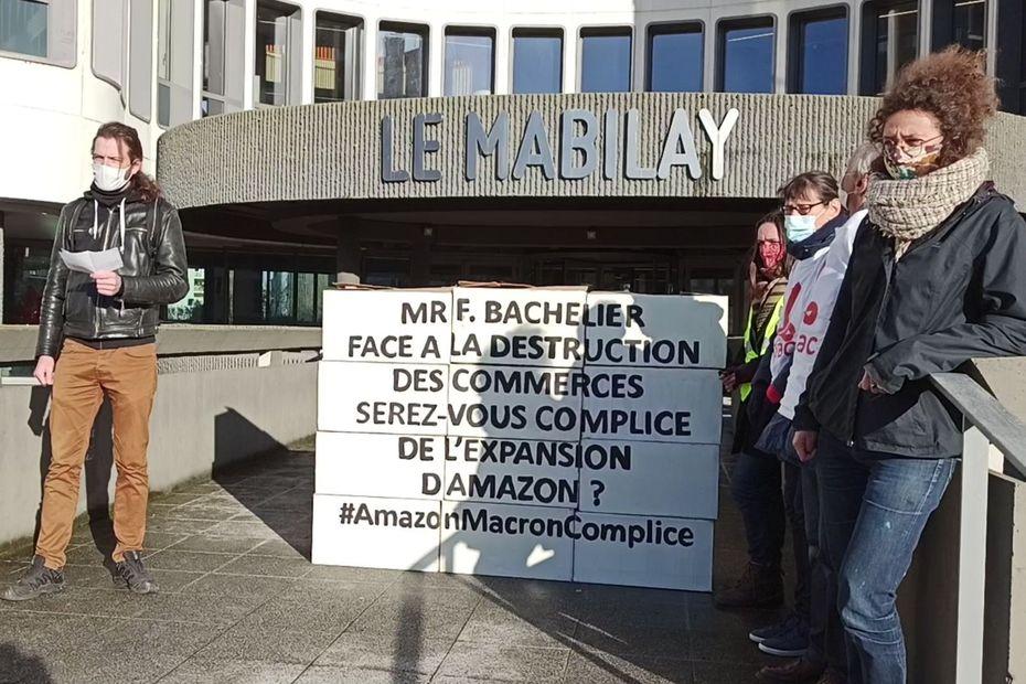 Rennes : Alternatiba dénonce l'expansion d'Amazon