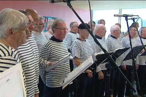 Le choeur des Marins du Cotentin chante les années 40.