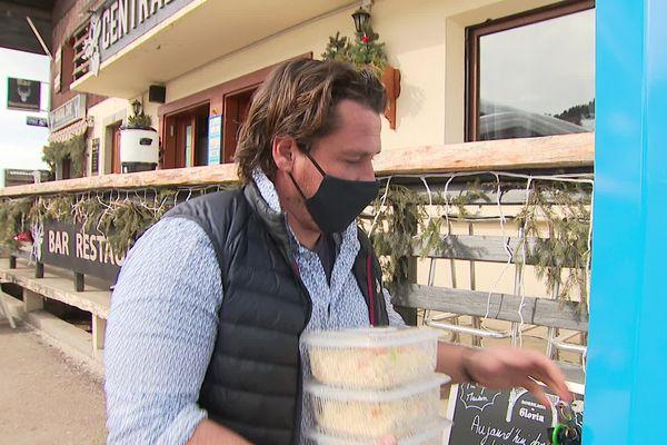 """A deux pas de son restaurant et quelques encablures des pistes, Nicolas Rousset achalande régulièrement son distributeur de plats cuisinés """"maison"""""""