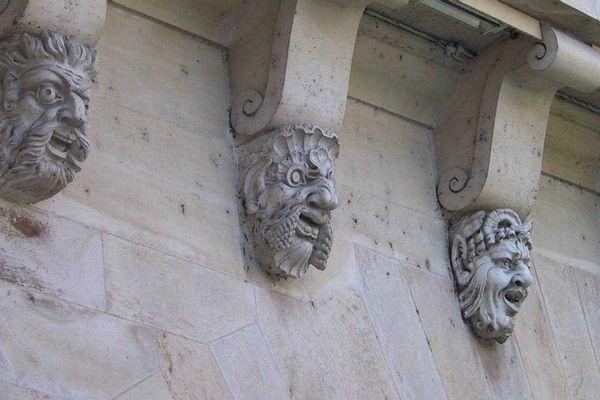 Les mascarons du Pont Neuf, ces visages sculptés qui ornent le Pont Neuf étaient censés conjurer le mauvais sort.