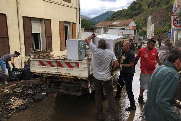 Depuis ce terrible épisode cévenol qui a inondé le village de Valleraugue, dans le Gard, beaucoup de gens -pompiers, militaires mais aussi simples bénévoles- se sont retroussés les manches pour venir en aide aux sinistrés.