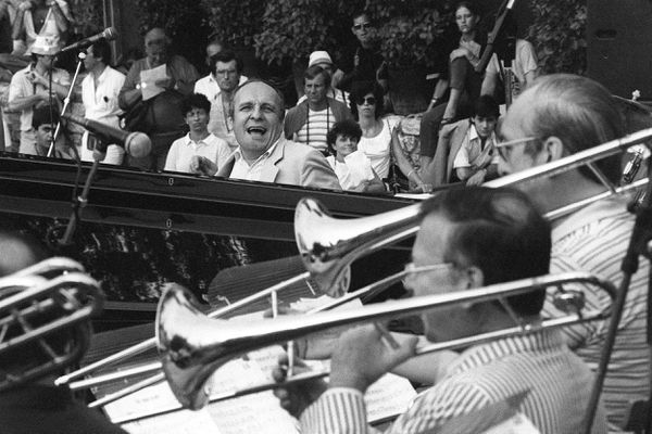 16 juillet 1983 à Nice (Alpes-Maritimes) : Claude Bolling joue avec son big band à la Grande Parade du Nice Jazz Festival.