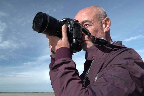 Depuis 25 ans, Robin sillonne la planète pour photographier les plus grandes stars du monde et revient régulièrement à Cayeux-sur-Mer en baie de Somme où il a grandi.