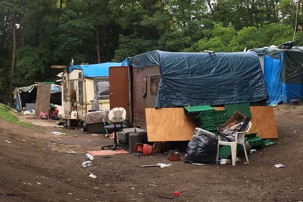 Il restait quelques caravanes ce matin, dans le camp déserté de Pont-Royal.