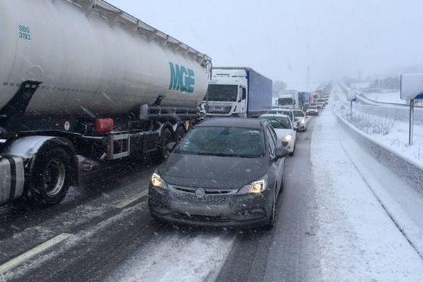 La neige soufflée par la tempête Gabriel gène fortement la circulation sur la RN4 en direction de Paris, dans la traversée de la Meuse, mercredi 30 janvier 2019.