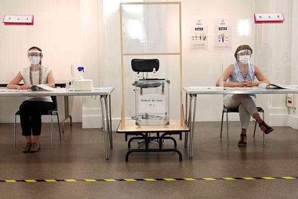 Un bureau de vote au temps de la covid (ici à Paris, lors des municipales 2020)