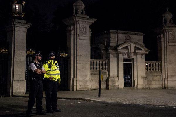 Devant le palais de la reine Elizabeth II, après l'arrestation.