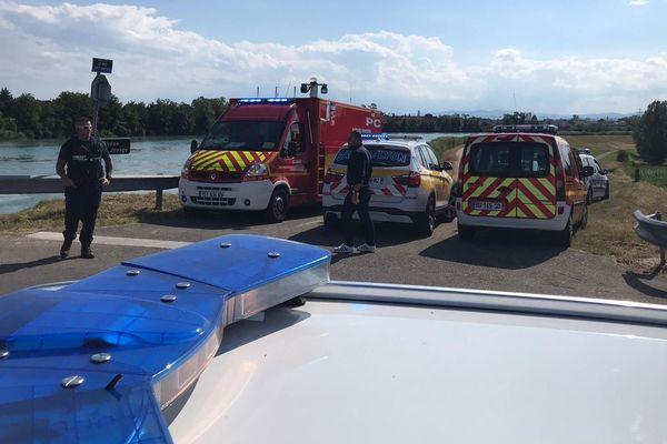 Les abords du pont de Décines, samedi 27 juin 2020. Les secours s'affairent pour retrouver le corps d'un adolescent qui a coulé à pic après avoir sauté de l'ouvrage d'art. C'est la deuxième personne disparue à Lyon en deux jours dans de telles circonstances.