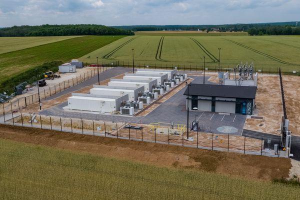 Le site est composé de dix conteneurs où sont installées les batteries.