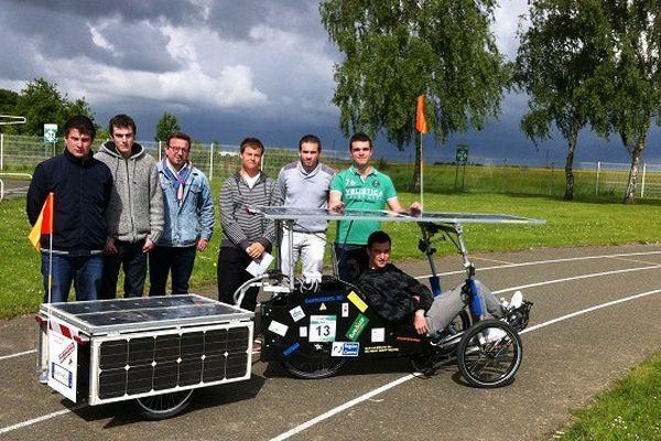 Les élèves du lycée Jehan-de-Beauce à Chartres avec leur vélo solaire.