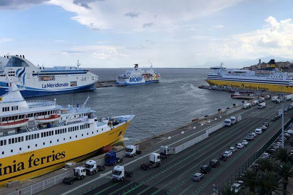 Une dizaine de bateaux arrivent au port de commerce de Bastia chaque jour en cette période de vacances d'été.