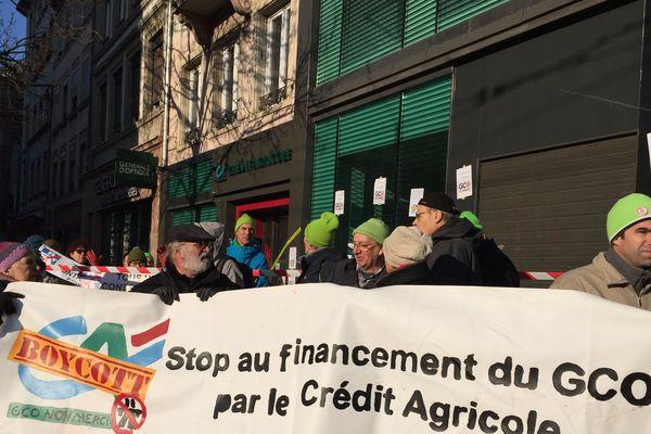 Les militants anti-GCO se sont rassemblés devant une agence du Crédit Agricole, ce samedi matin, pour appeler au boycott de la banque qui participe au financement du projet autoroutier