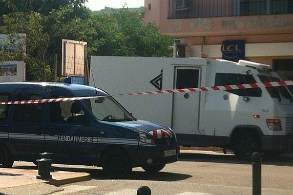 L'attaque s'est déroulée alors que le véhicule était arrêté devant une agence du Crédit lyonnais dans la rue principale de Propriano