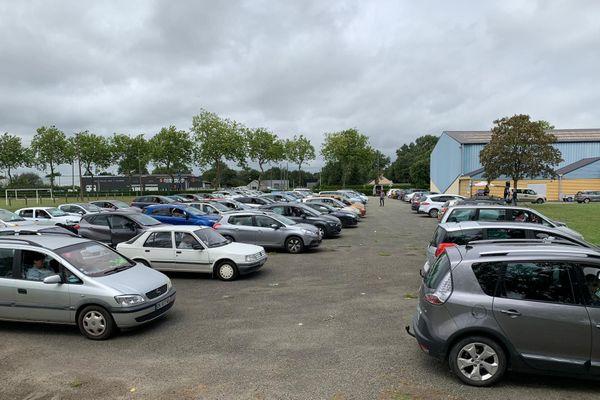 Des dizaines de voitures garées devant la salle des sports de Grez en Bouère, à l'intérieur, les participants sont concentrés sur leurs grilles de Loto !